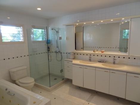 856_32masterbathroom